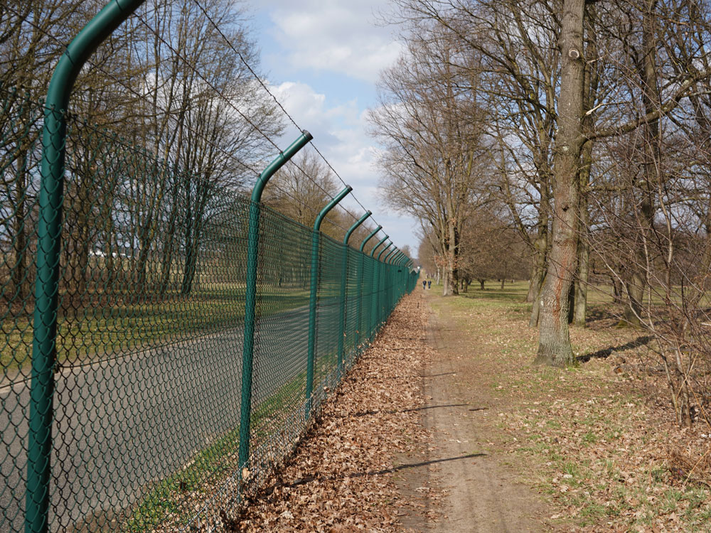 Am Zaun entlang des Kölner Flughafens - Walk and Wonder